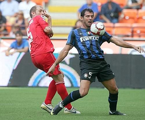 Inter-Bari 1-1: Dejan Stankovic controlla il pallone pressato dal difensore del Bari, Andrea Masiello (Ansa)