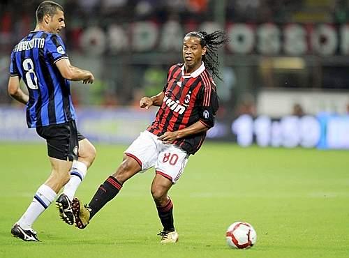 Fallo di Ronaldinho (a destra) su Thiago Motta (Afp)