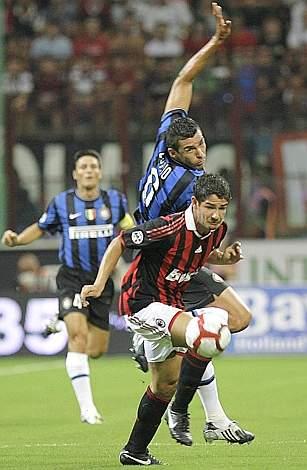 Un contrasto tra il rossonero Pato e Lucio (Ap)