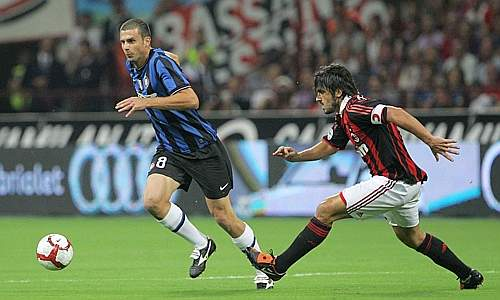 Thiago Motta (a sinistra) salta Gattuso (Liverani)