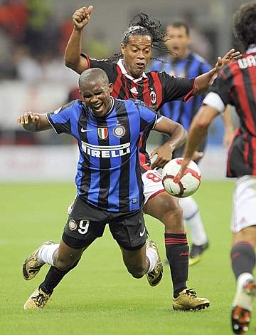 Ronaldinho mette giù l'interista Eto'o (Afp)