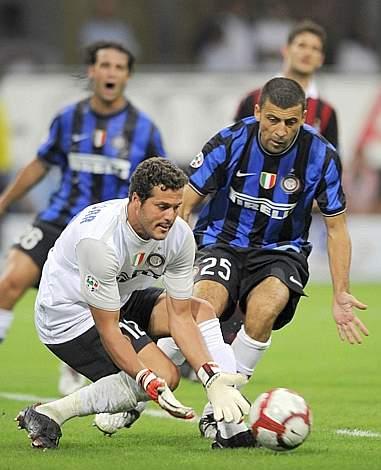 Il portiere interista Julio Cesar recupera un pallone (Afp)