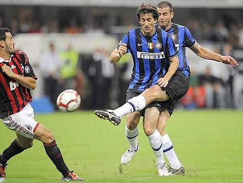 L'interista Thiago Motta tira anticipando il compagno di squadra Milito (Afp)
