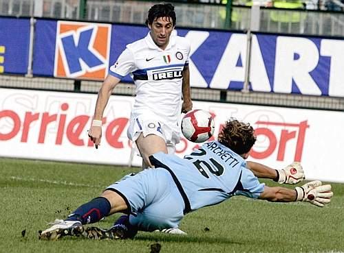 Cagliari- Inter 1-2: Milito supera il portiere del Cagliari e sigla il 2-1 (Ap)