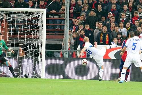 Genoa-Inter: i nerazzurri espugnano il Ferraris vincendo 5-0. Di Cambiasso il primo gol della gara, ad appena sei minuti dal fischio di inizio della partita (Ap)