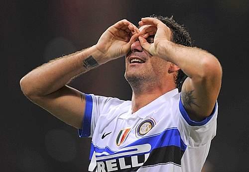 Genoa-Inter: dopo la rete di Cambiasso tocca a Balotelli e al 49esimo è Stankovic (nella foto) a segnare con un incredibile gol da metà campo che beffa Amelia, intercettando il suo rilancio e calciando al volo in porta (Newpress)