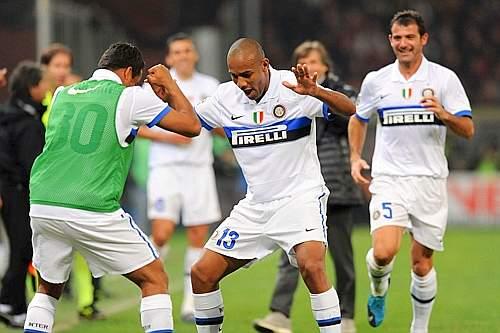 Genoa-Inter: nella ripresa vanno in rete Vieira e Maicon che nell'immagine in alto esulta al termine di una gara perfetta per i nerazzurri (Sport Image)