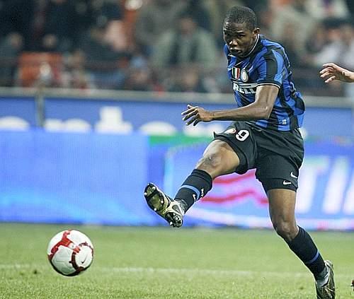 Inter-Palermo: i nerazzurri battono i rosanero 5-3. Nell'undici di Mou doppietta di Eto'o (nella foto) e di Balotteli. L'ultima rete firmata da Milito (Ap)