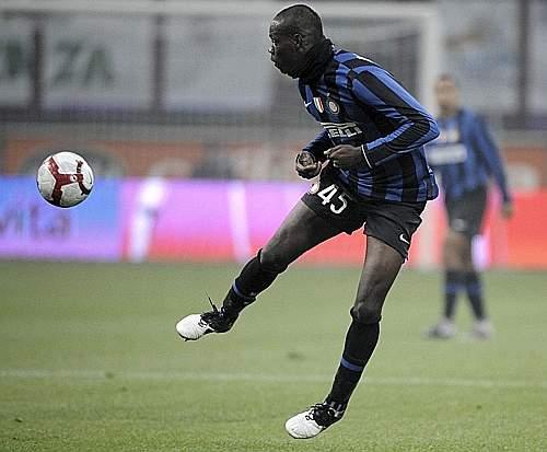 Inter-Palermo: Mario Balotelli cerca il controllo della palla (Ansa)