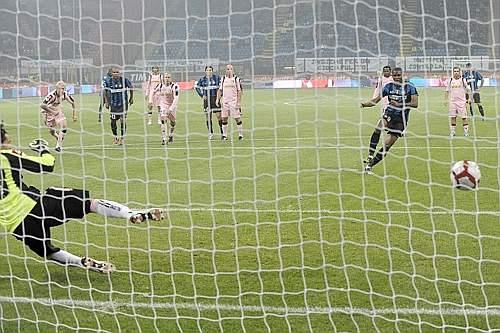 Inter-Palermo: il gol su rigore di Eto'o (LaPresse)