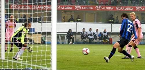 Inter-Palermo: una grande azione di Maicon, trasformata in gol da Milito (foto), permette ai nerazzurri di raggiungere il 5-3 finale (DIPAG)