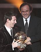 """Messi, terzo Pallone d'Oro di fila. Come Platini. Blatter premia Farina, eroe di onestà. """"Un grande onore"""""""