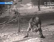 Un agente britannico , filmato dai servizi russi, preleva la pietra per scaricarne i dati (Afp)