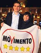 Federico Pizzarotti, posa per una foto con la moglie Cinzia (Ansa)