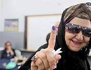 Una donna egiziana si reca alle urne per le presidenziali (Epa)