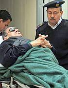 Mubarak in barella (Foto Epa)