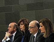 L'establishment spagnolo (tra cui Montoro) alla Moncloa (Reuters)