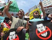 Manifestanti in piazza contro il regime (Afp)