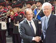 Hollande e Monti in un appuntamento istituzionale (Lapresse)