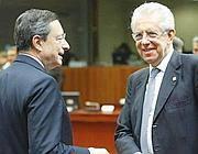 Il premier italiano Mario Monti, a destra, con il presidente della Bce, Mario Draghi (Ansa)