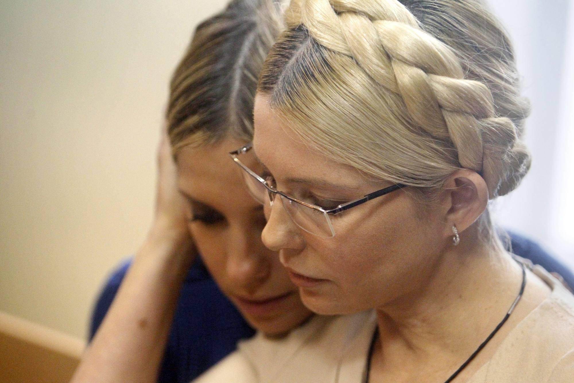 Yulia Tymoshenko e la figlia Ievghenia il giorno della sentenza (Epa/Dolzhenko)