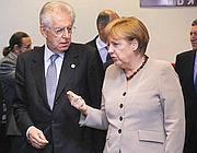 Mario Monti e Angela Merkel (Ansa)