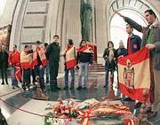 Giovani franchisti nella Basilica  della Santa Croce, presso la Valle dei caduti