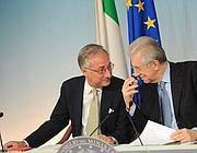Il ministro della Pa Patroni Griffi in compagnia del premier Mario Monti (Fotoservizi)