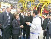 I ministri Corrado Passera ed Elsa Fornero con l'ad della Fiat Marchionne nello stabilimento di Pomigliano (Ansa)