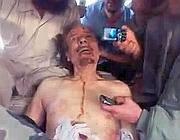 Gheddafi cadavere poco dopo la sua uccisione (Ansa)