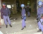 Le forze dell'ordine davanti alla Diaz la tragica notte del 2001 (Ansa)
