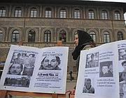 Un momento della protesta del 22 gennaio 2011, davanti al consolato di Francia a Firenze contro l'inerzia delle autorità transalpine nel trasmettere in Italia atti dell'inchiesta aperta sulla morte di Daniele Franceschi, il viareggino morto nel carcere di Grasse (Ansa)