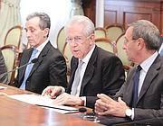 Il premier Mario Monti, con il ministro del Tesoro Vittorio Grilli e il sottosegretario Antonio Catricalà (Imagoeconomica)