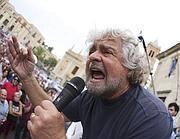 Beppe Grillo in uno dei suoi comizi in Sicilia (Reuters)