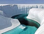 Un canyon creato in Groenlandia dallo scioglimento dei ghiacci (Ap/Extreme Ice Survey/Balog)