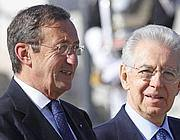 Il presidente della Camera Gianfranco Fini con il premier Mario Monti (Ansa)