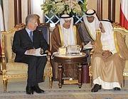 Il premier Monti con l'emiro del Kuwait  Sheikh Sabah Al ahmad Al sabah (Epa)