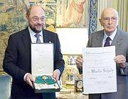 Il Presidente della Repubblica Giorgio Napolitano consegna l'onorificenza di Cavaliere di Gran Croce dell'Ordine al Merito della Repubblica Italiana a Martin Schulz, Presidente del Parlamento Europeo, al Quirinale, 08 novembre 2012 (Ansa)