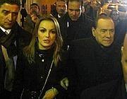 Berlusconi, a braccetto con Francesca Pascale, all'uscita dal vertice del Pdl a Milano il 9 dicembre (Ansa/Porta)