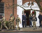 Poliziotti davanti alla chiesa di St. Rose of Lima a Newtown (Reuters)