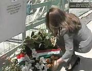 Il prefetto Iurato il 6 aprile 2009 depone una corona in ricordo delle vittime del sisma (Ansa)