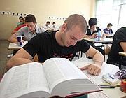 Ragazzi impegnato nella prova di maturit� (Fotogramma)