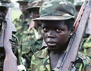 Un bambino soldato in un paese africano