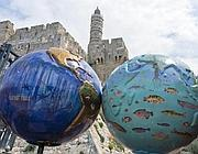 Installazione di Sharon Bladholm per la Giornata della Terra davanti alle antiche mura di Gerusalemme (Epa)