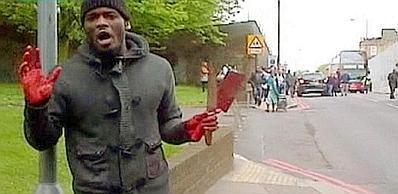 Uno dei due killer del soldato con ancora la mannaia-machete tra le mani insanguinate (Reuters/Itv)