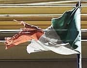 Il tricolore esposto fuori la Galleria Umberto di via Toledo, a Napoli (La Porta)