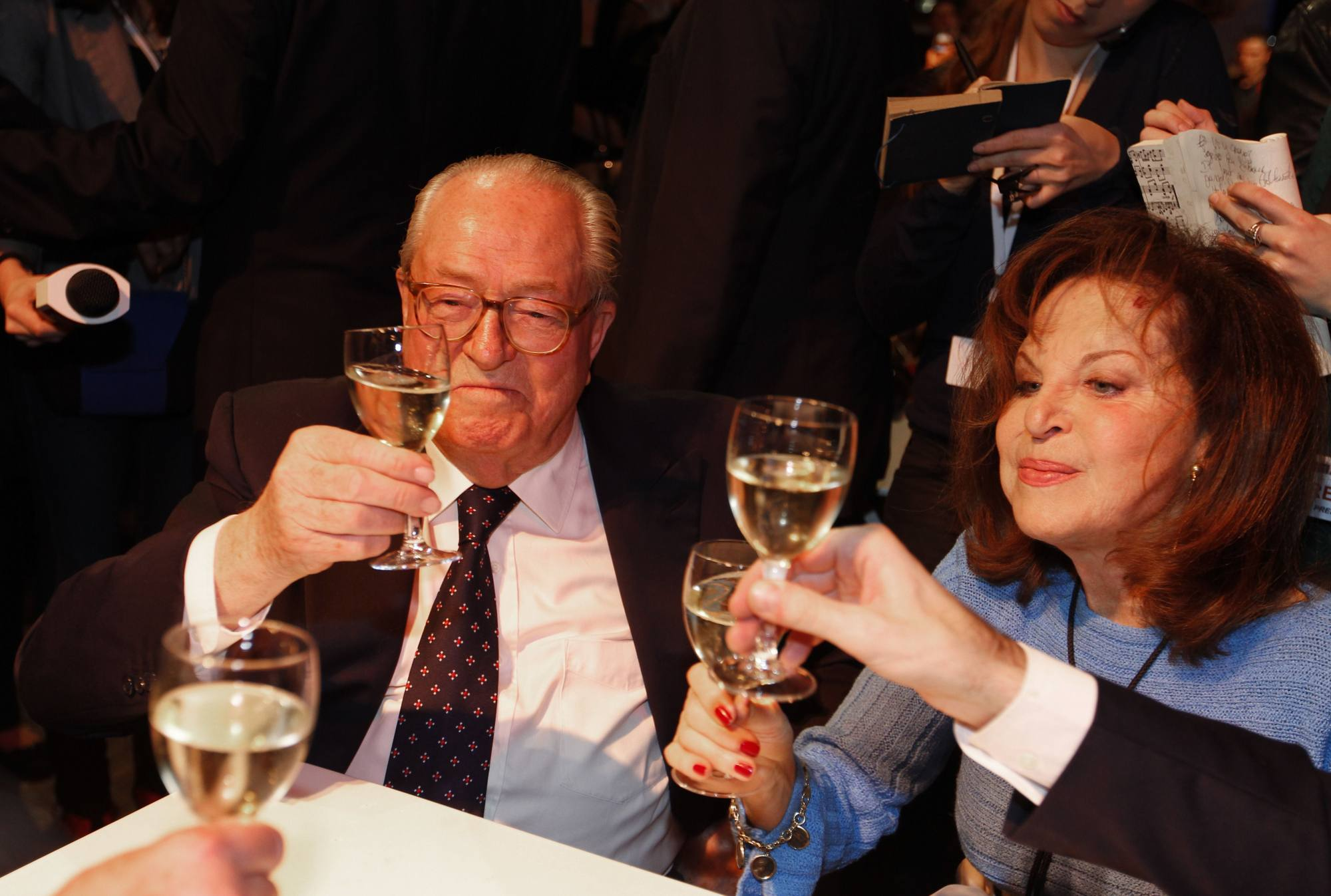 Le Pen padre festeggia il successo al primo turno della figlia (Afp/Guillot)