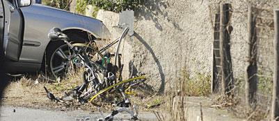 Auto piomba su ciclisti: otto morti