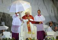 In due milioni alla veglia col PapaUn temporale interrompe l'omelia