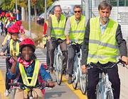 Bambini delle elementari pedalano a fianco del sindaco, Graziano Delrio, il primo a destra (Studio 13)